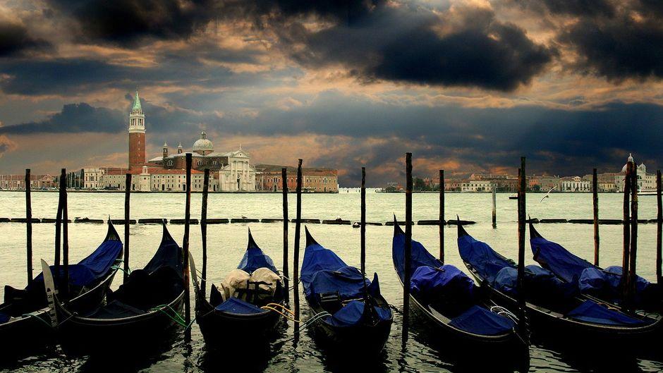 Gondeln mit Blick auf den Markusplatz in Venedig