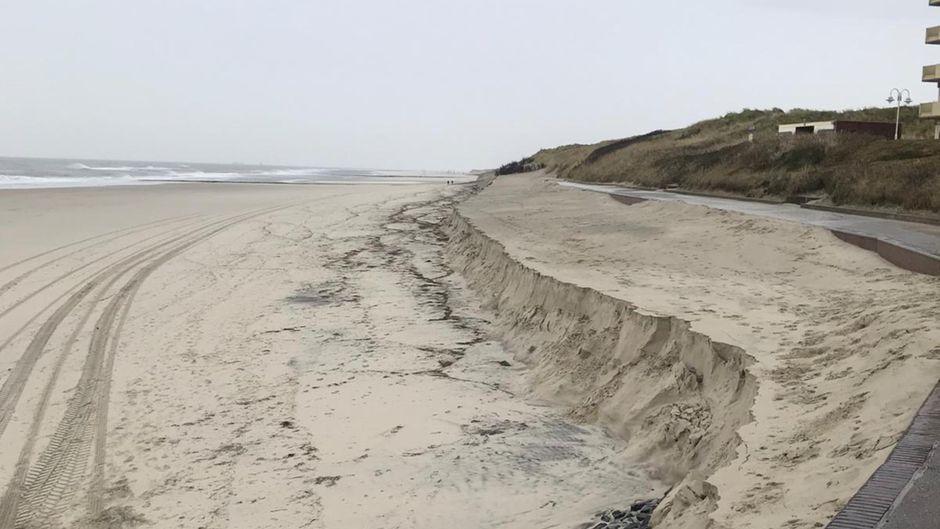 Eine meterhohe Abbruchkante haben die Sturmfluten hinterlassen: Wangerooge hat aktuell praktisch keinen Badestrand mehr.