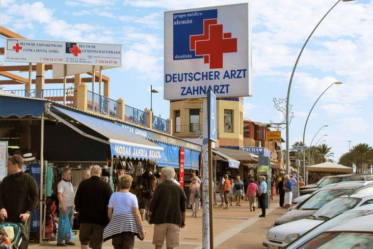 Krank im Ausland: Hinweisschild Deutscher Arzt auf Fuerteventura