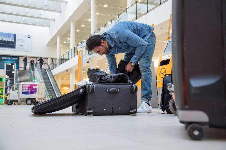 Erst am Flughafen Gepäck aufzugeben, wird in der Regel teuer – und zwingt so manchen Urlauber zum Umpacken. (Symbolfoto)