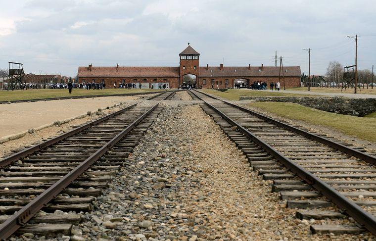 Schienen reichen zum ehemaligen Konzentrationslagers Auschwitz-Birkenau.