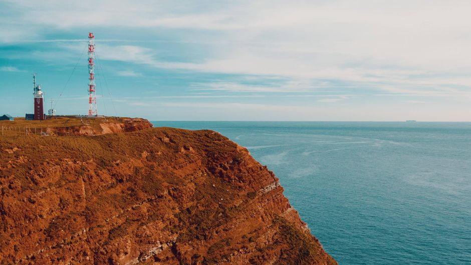 Helgoland bietet Urlaubern einen Mix aus steilen Felsen, tosendem Wasser und beeindruckenden Sehenswürdigkeiten.