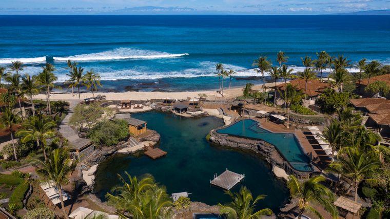 "Poolanlage mit dem Teich des ""Four Seasons Hualalai"" auf Hawaii."