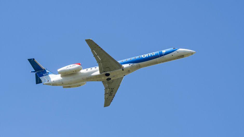 Ein Regionalflugzeug der britischen Airline Flybmi im Flug vor blauem Himmel.