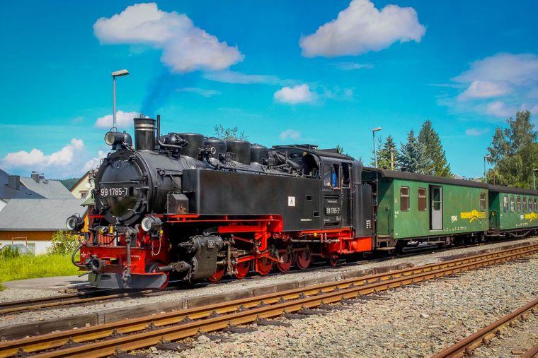 Schnaufend zieht die Fichtelbergbahn ihren Weg von Cranzahl nach Oberwiesenthal.