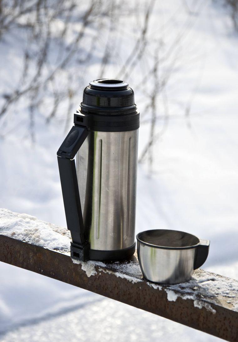 Um dich zwischendurch etwas aufzuwärmen, kann es nicht schaden, eine Thermoskanne mit einem heißen Getränk mit zu deiner Winterwanderung zu nehmen.
