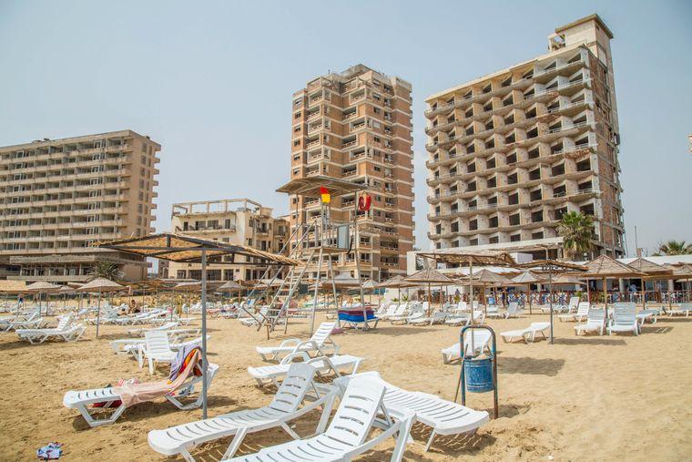 Wer in Famagusta Urlaub macht und am Strand liegt …