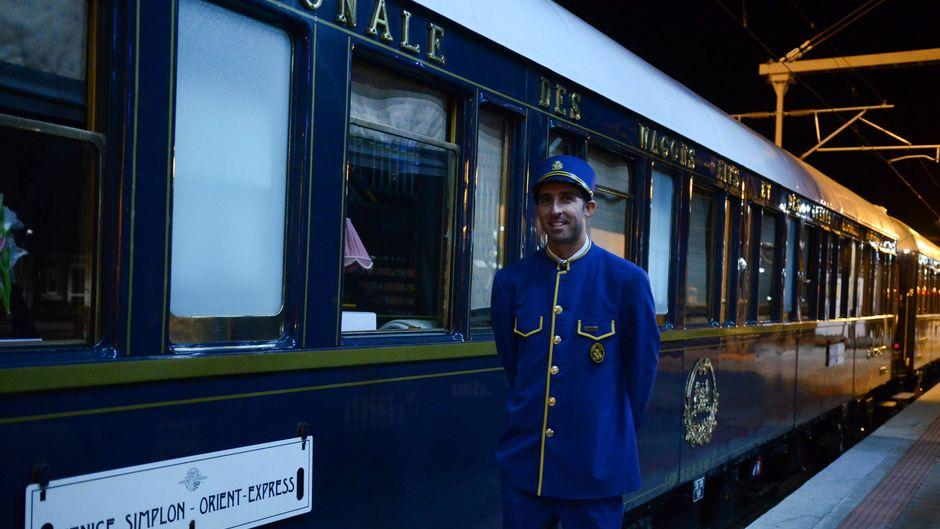 Der Venice Simplon-Orient-Express ist einer der berühmtesten und luxuriösesten Züge der Welt. Er ist auch eine Attraktion für Einheimische aus aller Welt, die jedes Jahr in Bahnhöfen darauf warten, den Zug zu sehen und zu fotografieren.