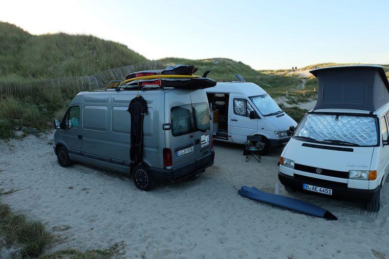 Surfen kannst du zum Beispiel in La Torche. Das ist übrigens auch der perfekte Ort zum Wildcampen.