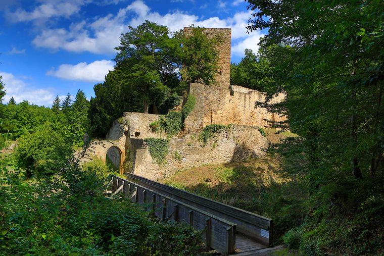 Die Hardtburg ist die gut erhaltene Ruine einer Wasserburg aus dem Hochmittelalter in der Nähe des Euskirchener Stadtteils Stotzheim am nördlichen Rand der Eifel.