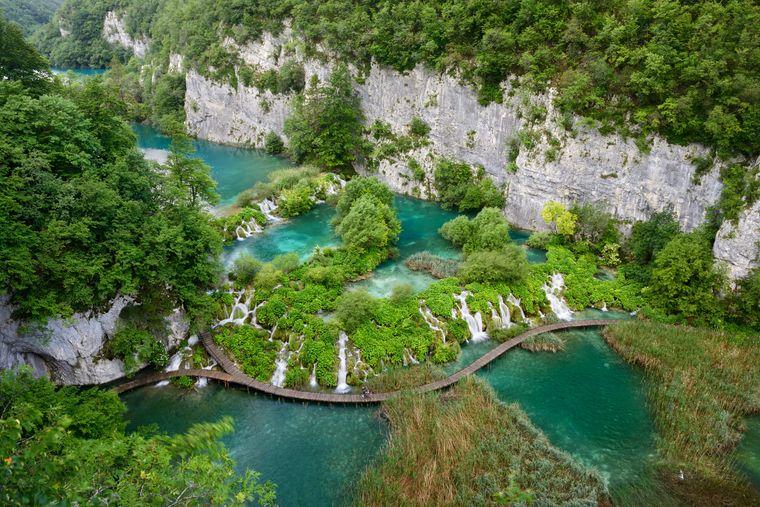 Die Plitvicer Seen in Zentralkroatien sind Teil des Unesco-Weltnaturerbes – vor allem aber sind sie unebdingt sehenswert.