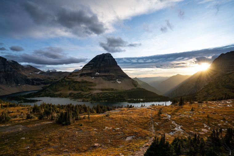 Sonnenuntergang im Herbst über dem Glacier-Nationalpark in Montana.