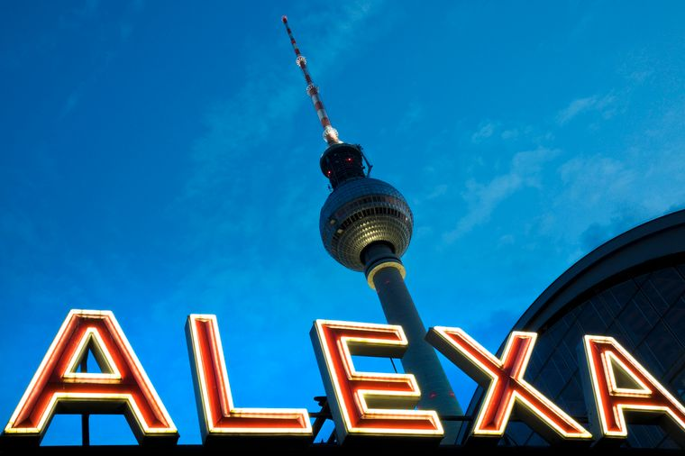 Direkt am S-Bahnhof Alexanderplatz steht seit 1969 der Berliner Fernsehturm.