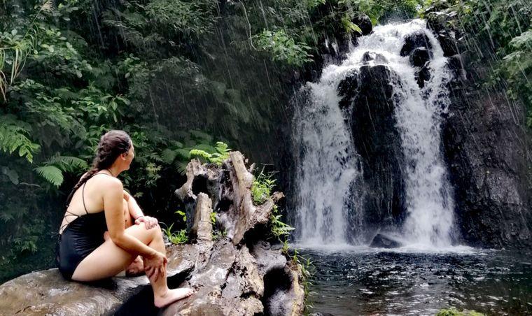 Liane an einem Wasserfall. Sie liebt es, in der Natur zu sein.