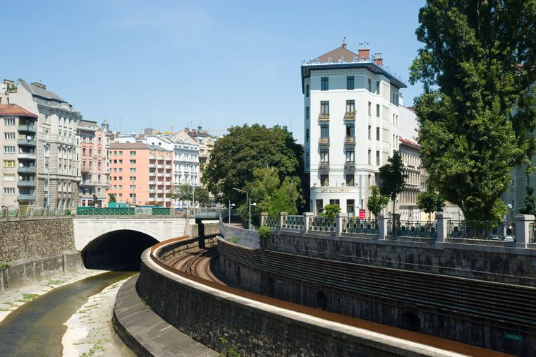 Der Rüdigerhof mit gleichnamigem Café liegt am Wienfluss.