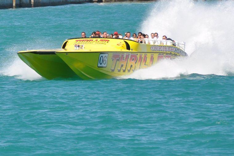Auf den Katamaranen von Thriller Speedboat Adventures kann man schon mal nass werden.