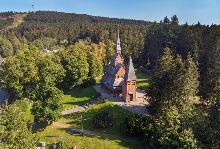 Blick auf die Gustav-Adolf-Stabkirche im Goslarer Stadtteil Hahnenklee-Bockswiese.