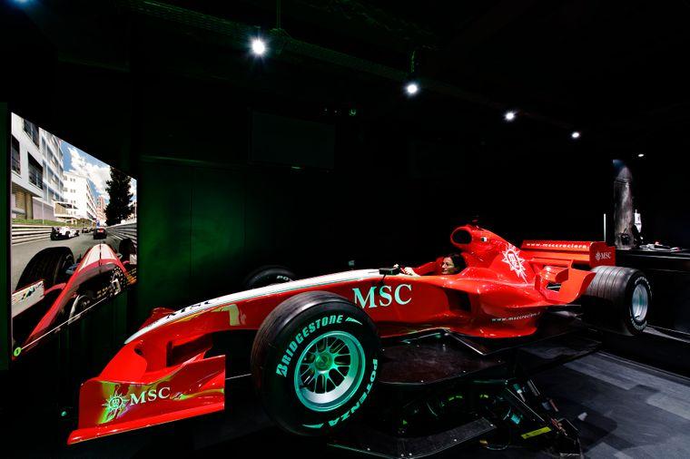 Formel-1-Simulator auf Kreuzfahrtschiff.