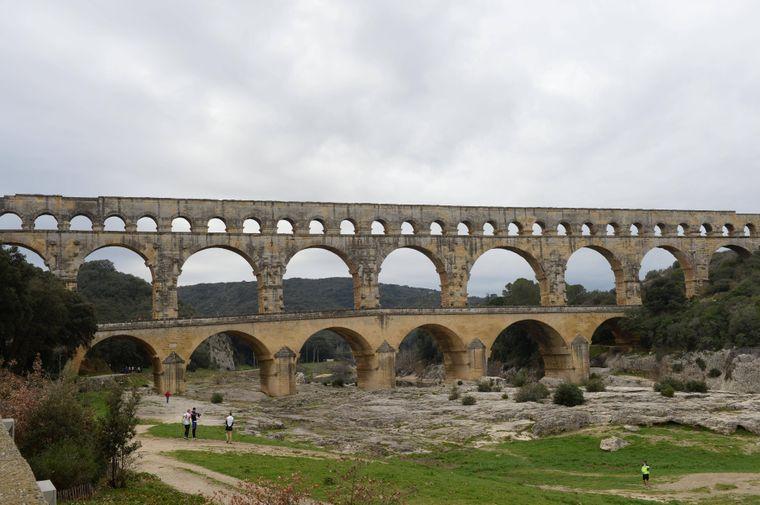 Das römische Aquädukt in Südfrankreich sieht tatsächlich so aus wie das Motiv auf den Fünf-Euro-Scheinen.