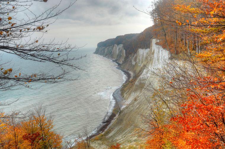 Starker Kontrast: die weißen Kalksteinfelsen und das feuerrote Laub im Nationalpark.