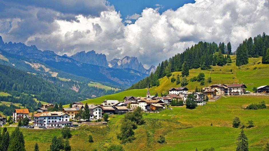 So malerisch ist das Trentino: Vigo di Fassa liegt in den Dolomiten auf einer sonnigen Gebirgsterrasse.