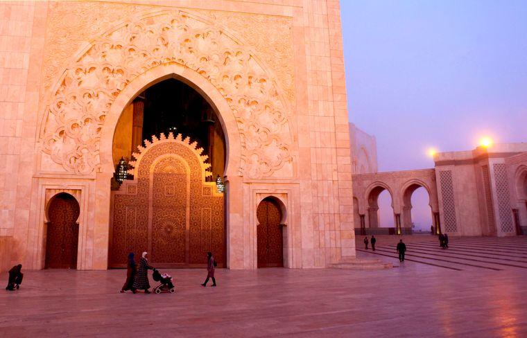 Der Sonnenuntergang taucht die Hassan-II.-Moschee in ein ganz besonderes Licht. Sie ist die größte Moschee in Marokko und die siebtgrößte weltweit.