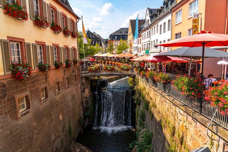 In der Altstadt von Saarburg gibt es einen charmanten kleinen Wasserfall.