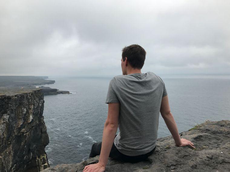 Reisebegleitung an der Steilküste von Inis Mór (Aran Islands), Irland.