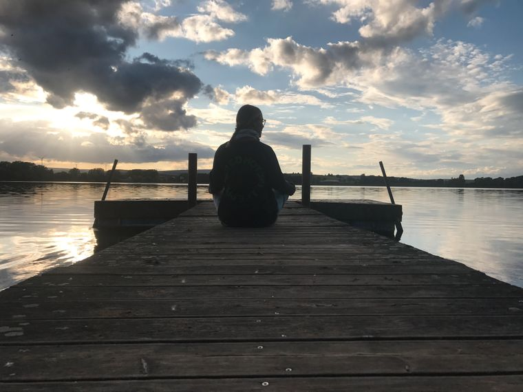 Leo Bartsch meditiert am See
