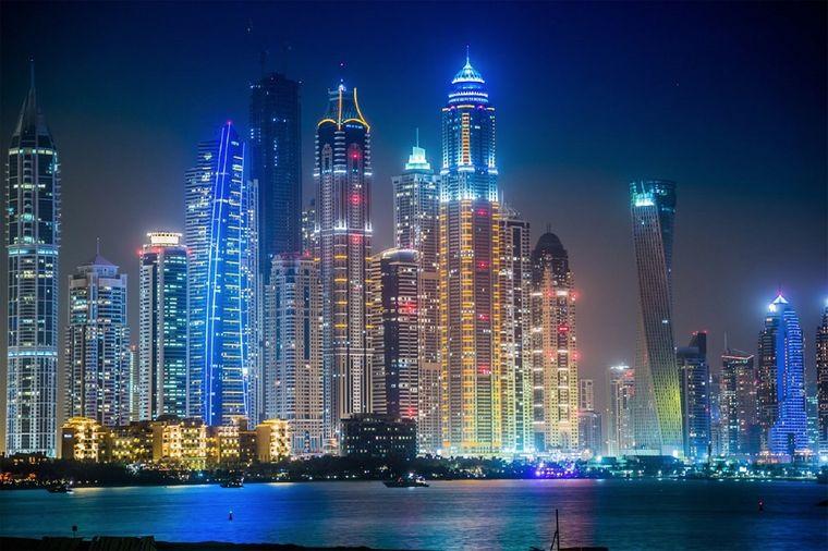 Blick auf die Stadt Dubai: Nachts sind die Wolkenkratzer besonders beeindruckend.