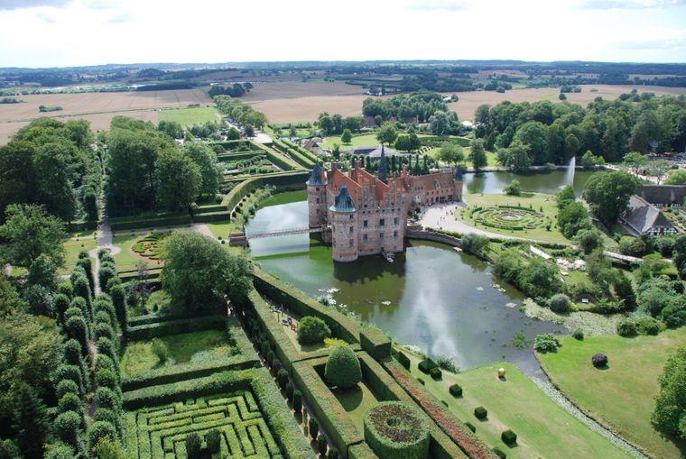 Schloss Egeskov ist nicht nur eine sehenswerte Wasserburg sondern bietet auch eine Art skurrilen Freizeitpark.