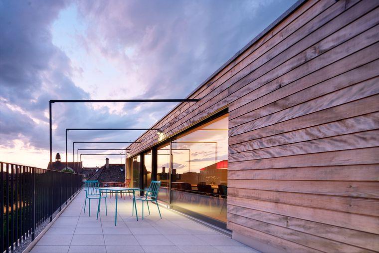 Dachterrasse im Abendlicht.