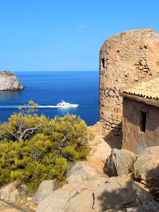 Bei der Cala en Basset befindet sich ein Wachtturm, der Ende des 16. Jahrhunderts zur Abwehr von Piratenangriffen errichtet wurde.