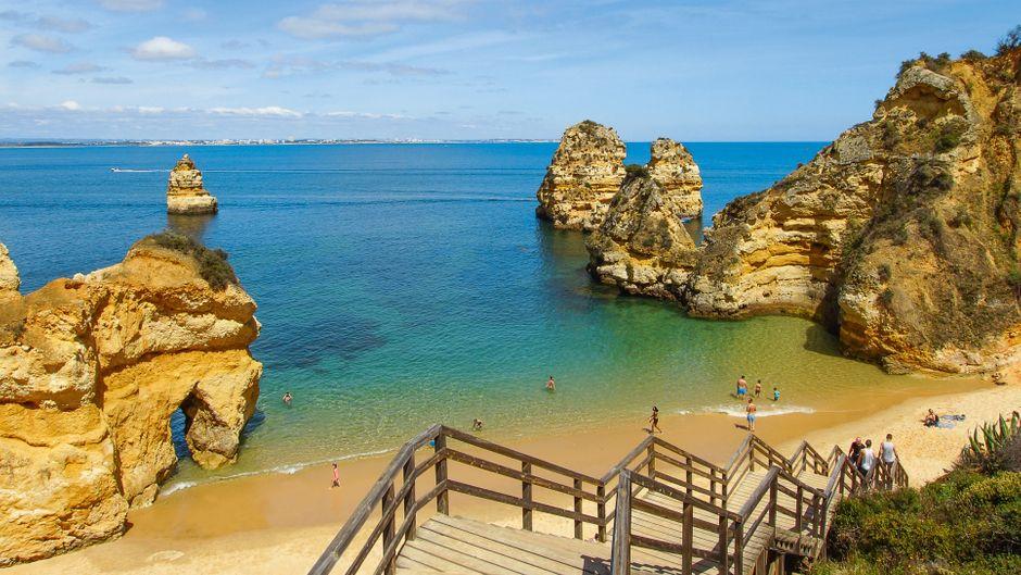 Treppen runter zum Strand in Lagos an der Algarve in Portugal.
