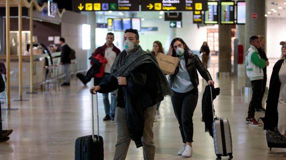 Dass ein Mundschutz Reisende vor dem Coronavirus schützt, ist nicht bewiesen.