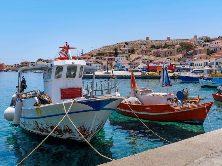 Von den Häfen der griechischen Insel legen neben den vielen Fähren auch zahlreiche Fischerboote ab.