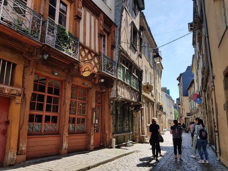 In der bretonischen Hauptstadt Rennes pendeln Besucher in den mittelalterlichen Straßen überwiegend zwischen Markt und Restaurant, denn sie könnten ja irgendeines der leckeren Gerichte verpassen.