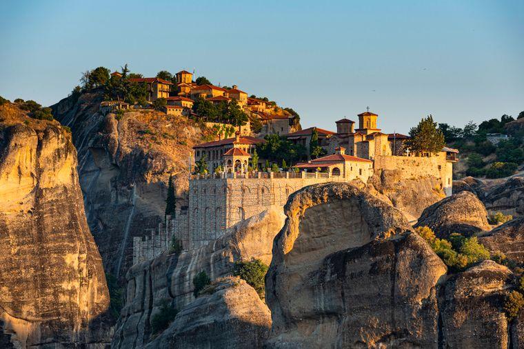 Meteora ist einer der mystischsten und faszinierendsten Orte Griechenlands. Besucher erhalten spannende Einblicke in die Geschichte und die religiöse Kultur des Landes.
