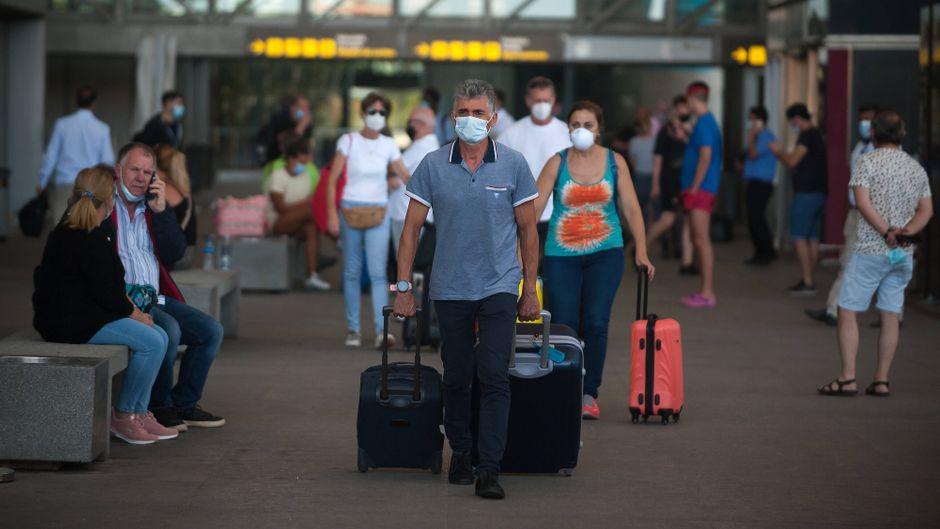 An Flughäfen in Spanien, aber auch in vielen weiteren Ländern, müssen Reisende Masken tragen.