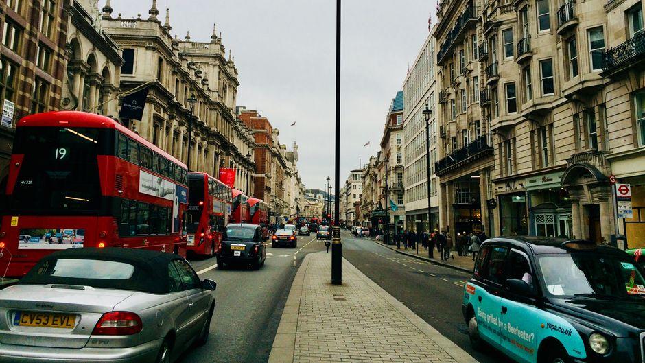 Im Herzen von London: Piccadilly. Rechts Fortnum and Mason, links die Royal Academy of Arts – und ganz in der Ferne der Piccadilly Circus.