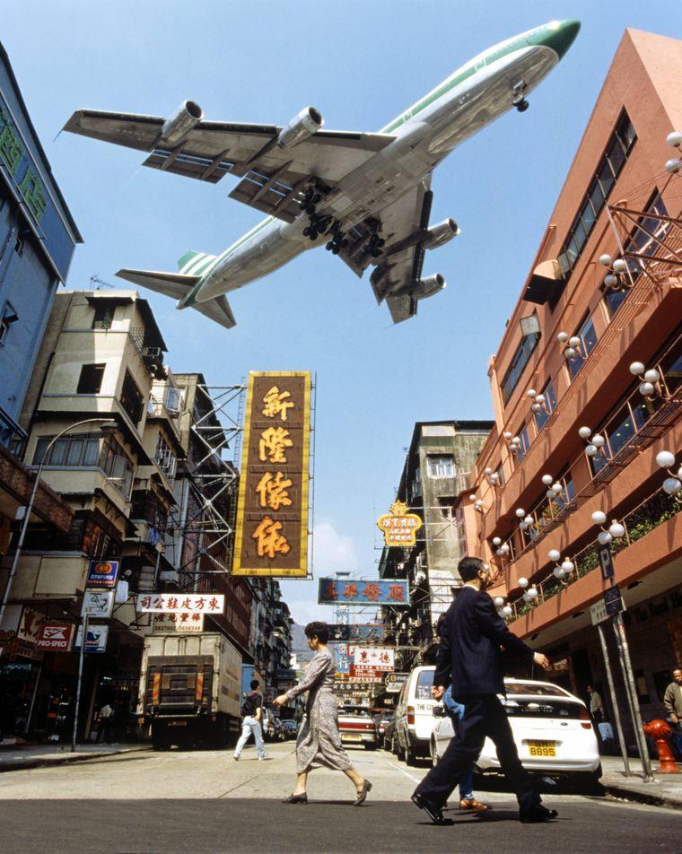 Nicht nur über Lärmbelästigung beschwerten sich die Anwohner, auch über die Sicherheit beklagten sich viele, weil die Piloten haarscharf an den Dächern vorbei düsten.