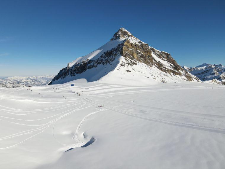Mitten in der weißen Schneelandschaft der Schweizer Alpen ist eine beeindruckende Eisskulptur entstanden. Die prachtvolle Eisgrotte ist auf dem besonders bei Skifahrern beliebten Glacier 3000 entstanden.