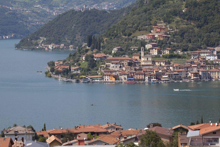 Blick auf Monte Isola im Iseo-See von Sulzano in Italian