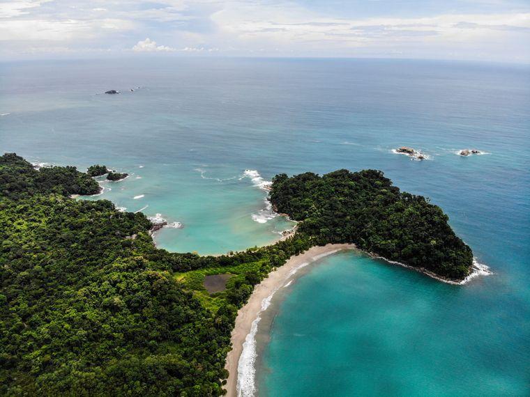 Drohnenaufnahme von der Küste in Costa Rica, Mittelamerika.