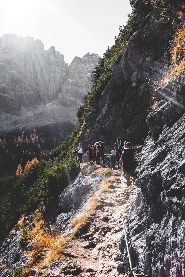 Wanderer auf dem Weg zum Lago di Sorapis, einem türkisfarbenen See im Gebirgszug Sorapis in den Dolomiten, der nur zu Fuß erreicht werden kann.