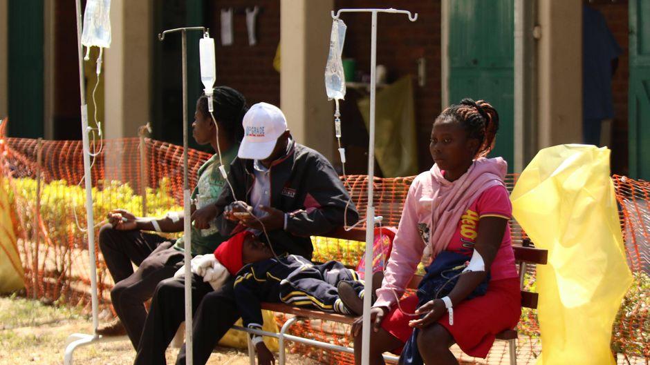 Patienten vor einem Krankenhaus in Harare, der Hauptstadt Simbabwes.