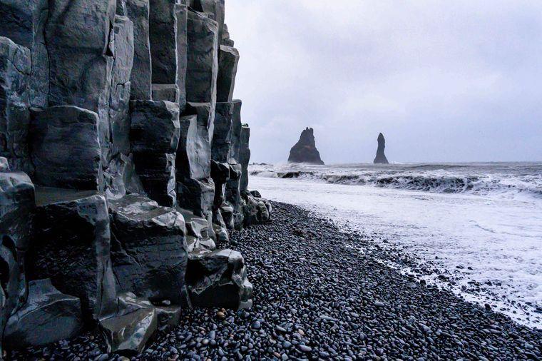Der schwarze Sandstrand Reynisfjara in der Nähe von Vic an der Südküste von Island.