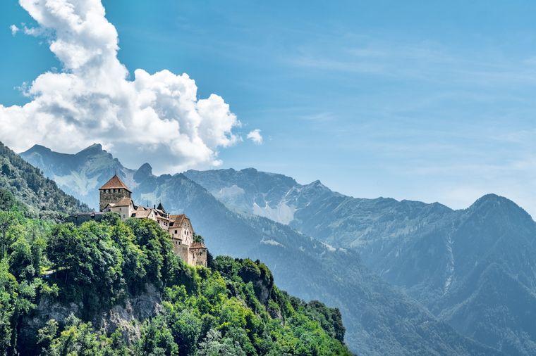 Im Schloss Vaduz vor den wunderschönen Alpen residiert das Fürstenhaus von Liechtenstein.