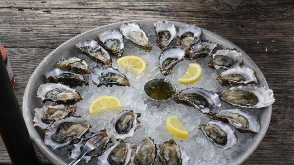 Austern mit Zitrone und Kräutern - eine Delikatesse.