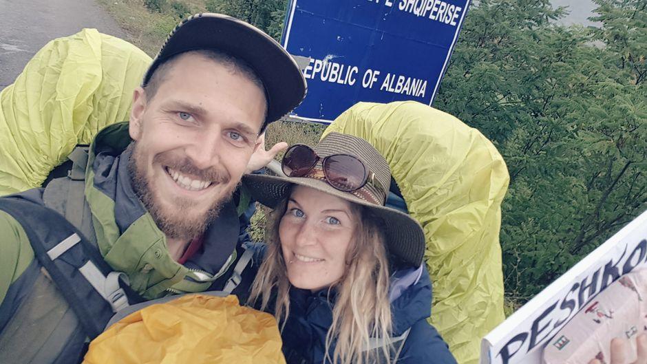 Fabienne und Adriano aus der Schweiz haben einen Vorsatz: Nur per Anhalter reisen.